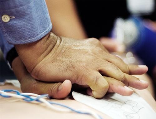 احیای قلبی- ریوی را با فشار روی قفسه سینه شروع کنید