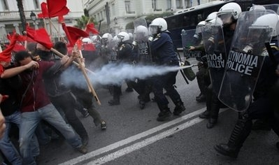 Police spray tear gas at demonstrating students