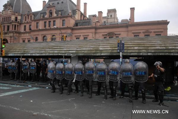 اعتراض مسافران علیه اعتصاب کارکنان راه آهن بوینس ایرس