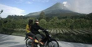 آتشفشان اندونزی 10 هزار نفر را مجبور به ترک منازل خود کرد