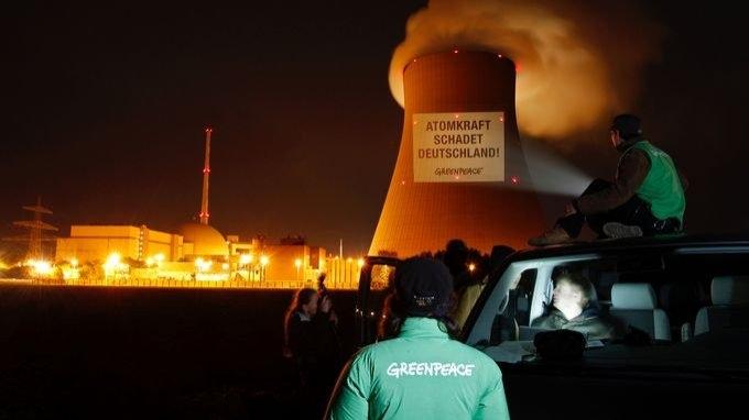Leuchtender Protest der Umweltaktivisten auf dem Kühlturm des Kernkraftwerkes