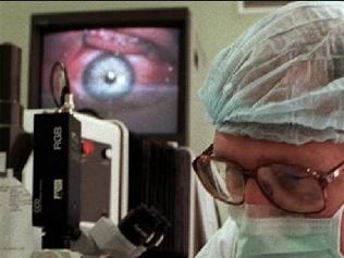 پزشکان با لیزر؛ کرم درون چشم یک مرد کشتند