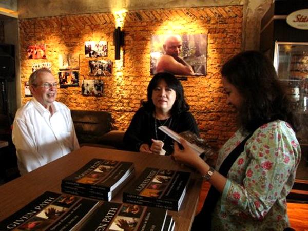 کتاب عکاس ایرانی در مالزی رونمایی شد