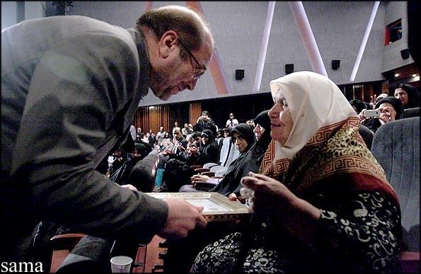 استشهاد محلی سرپرستی خانواده همشهری آنلاین: شهردار تهران در جمع رزمندگان. ایثارگران و خانواده های آنان در روز