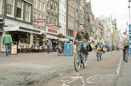 هلند رفتگر ندارد؛ مردم شهرها را تمیز میکنند