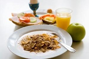 بین صبحانه تا ناهار میان وعده نخورید تا لاغر شوید