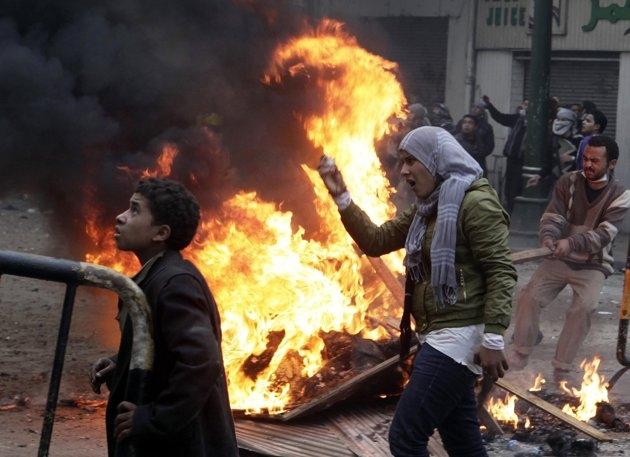 ارتش و معترضان هر دو به دنبال حمایت مردمی