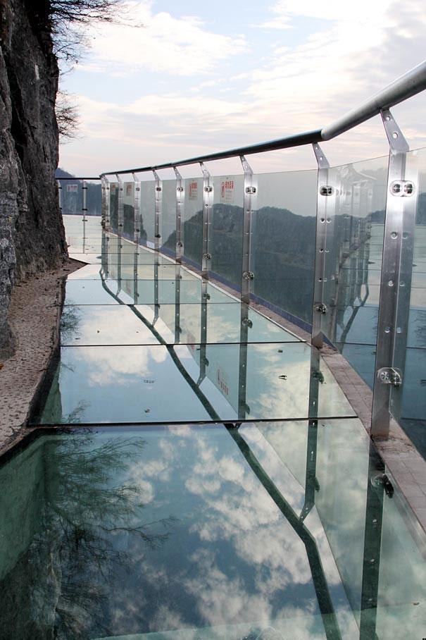 تصاویر یک جاده شیشهای در ارتفاع ١٤٣٠ متری