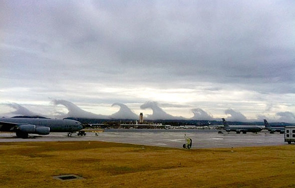 امواج بزرگ سونامی در میان ابرها