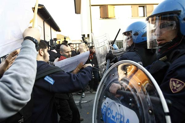 درگیری پلیس ایتالیا با مخالفان برلسکونی