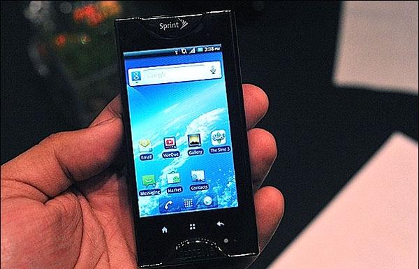عرضه اولین تلفن همراه هوشمند با دو صفحه نمایشگر