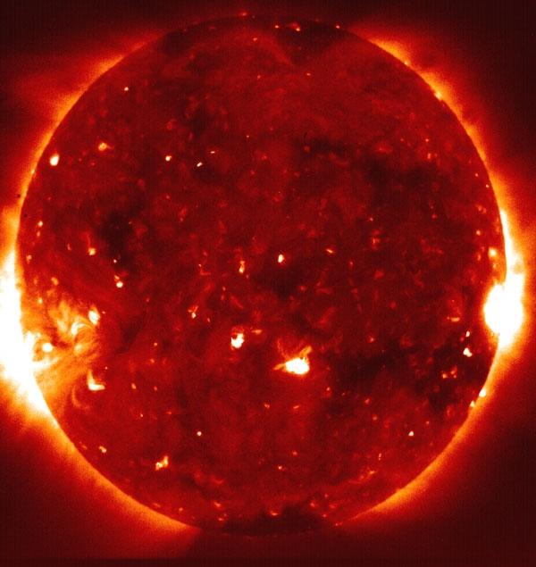 کشف دو حفره عظیم در خورشید