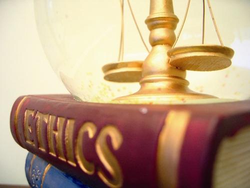 اخلاق مقدم بر حقوق است