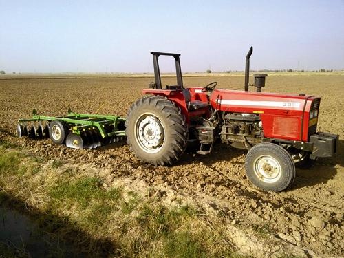تراکتور - زمین کشاورزی