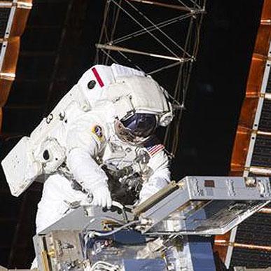 تعمیر فضا پیما توسط فضانوردان اندیور