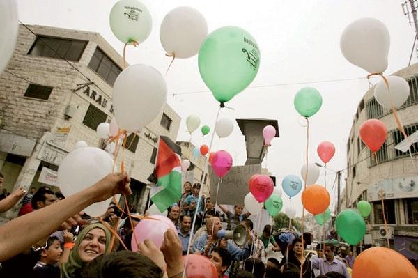 مزمان با امضای آشتی در قاهره، مردم  فلسطین این روز را جشن گرفتند
