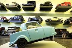 هر وسیلۀ نقلیهای که فکرش را بکنی، در این ساختمان پیدا میشود، از ماشینهایی که برای برداشت محصول استفاده میشدهاند تا ماشینهای سواری. اما ماجرا همینجا تمام نمیشود:اسکیتبورد، کالسکه بچه، و حتی بعضی از انواع کفشها هم به عنوان وسیله نقلیه در این موزه به نمایش درآمدهاند و ضحی حدید برای هر کدامشان جایی مخصوص پیشبینی کرده.