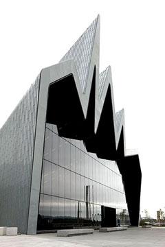 ساختمان موزۀ حملونقل گلاسکو با وجود بلندی و وسعت زیاد، ستونی ندارد. زیگزاگهایی که در سقف ساختمان دیده میشود، نمای بیرونی و نیز فضا و نمای داخلی سقف را زیبا کرده. اما نقش این زیگزاگها تنها بهوجود آوردن زیبایی نیست؛ این فرم به ساختار ساختمان کمک کرده بتواند وزن سقف را بدون هیچ ستونی تحمل کند و نگذارد فرو بریزد.