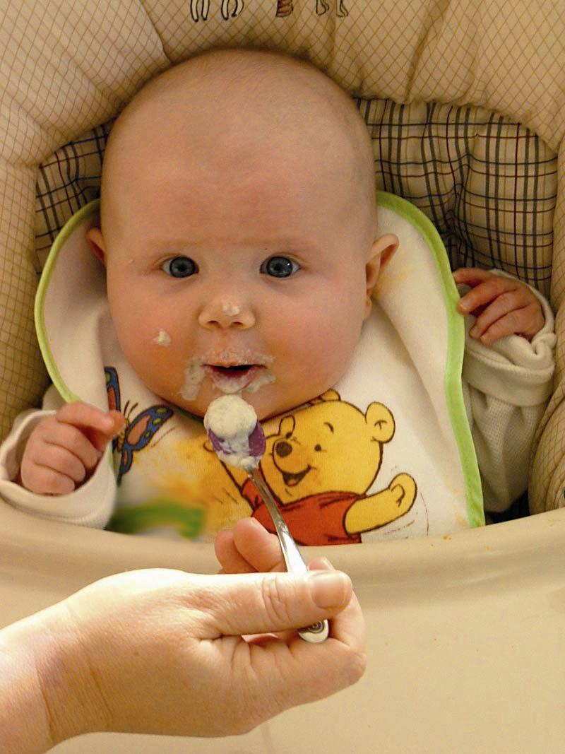 نوزاد - غذا خوردن