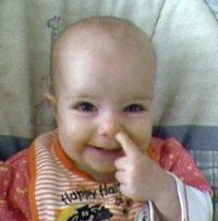 کودک انگشت داخل بینی