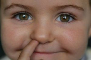 کودک -انگشت داخل بینی