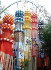 بزرگترین جشن «تاناباتا» در منطقۀ «کانتو» برگزار میشود، حدود نیمهتیر. اما معروفترین تاناباتا در «سندای» حدوداً یک ماه دیرتر برگزار میشود. حتی نوعی تاناباتا در «سائوپولو»ی برزیل هم برگزار میشود. یکی از مهمترین اتفاقهای جشن تاناباتا، مسابقۀ تزیین بامبوی آرزوهاست.