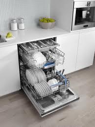 چطور لکههای ظرفهای ماشینظرفشویی را از بین ببریم؟