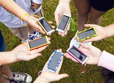 شارژ تلفن همراه و لپتاپ با نور خورشید