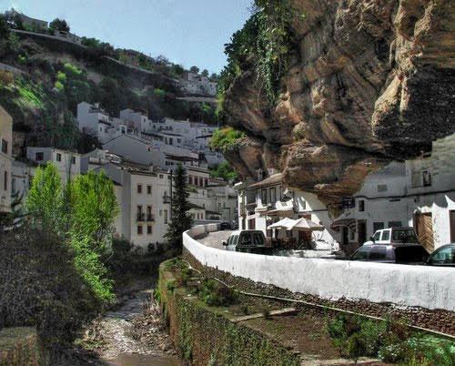 روستایی زیر صخرهها