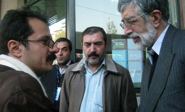 حداد عادل در کنار هومن ظریف کارگردان فیلم مستند گل گلاب