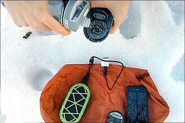 شارژ کردن گوشی موبایل با یک قاشق آب