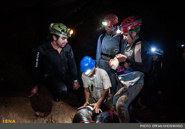 گزارش و تصویر درباره تنها بانوی غواص غارنورد ایران