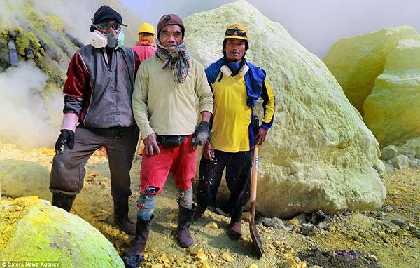 زندگی مرگبار کارگردان معدن سولفور در اندونزی