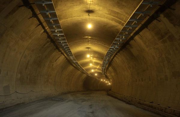 تصاویر همشهری آنلاین از عملیات روکش آسفالت تونل نیایش