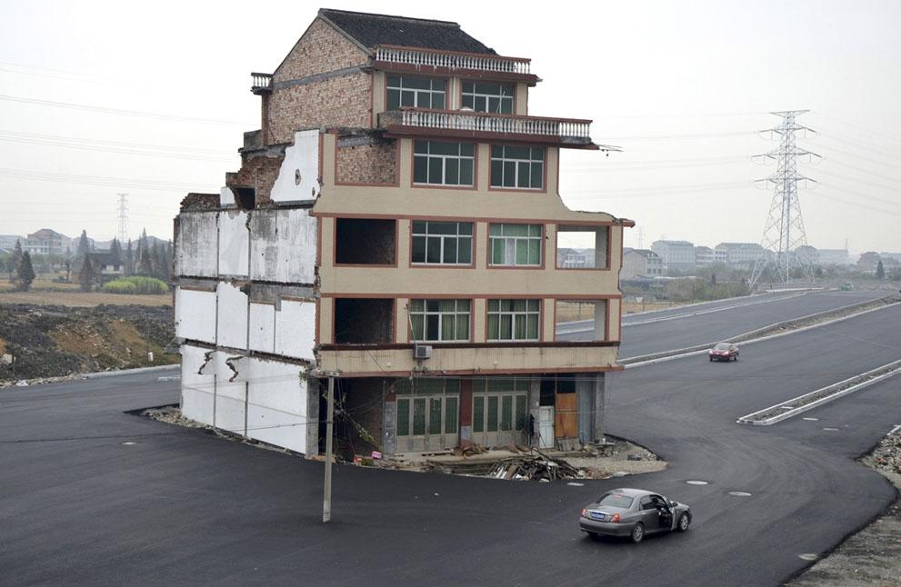 ساختمانی پنج طبقه وسط بزرگراه