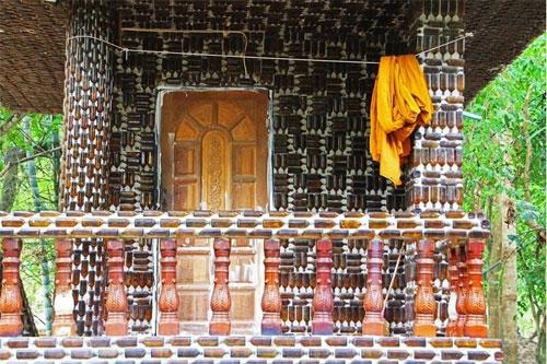 معبدی با بطریهای رنگی