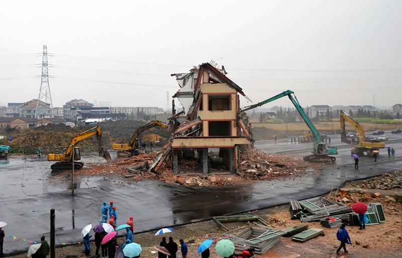 تخریب ساختمان پنج طبقه وسط بزرگراه