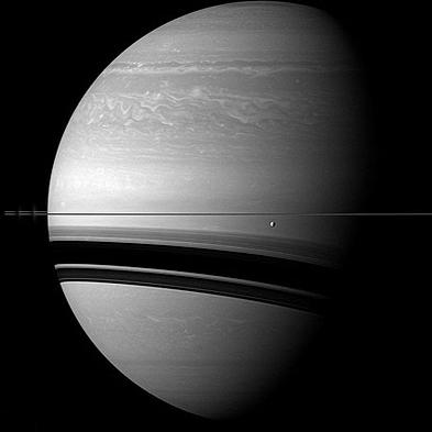 """""""انسلادوس"""" در برابر زحل، در فاصله 291 هزار کیلومتری از قمر زحل"""