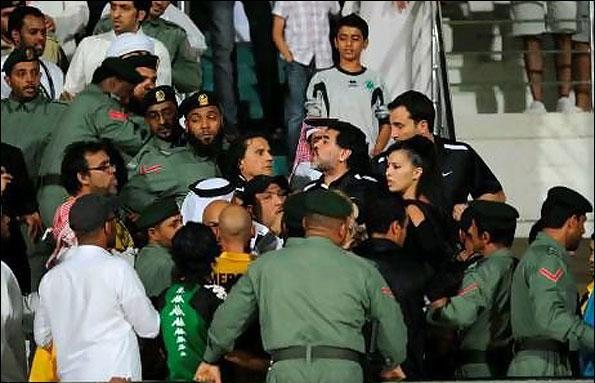 مارادونا با هواداران الشباب درگیر شد