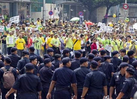 حمله پلیس به تظاهرات هزاران نفری مردم در کوالالامپور