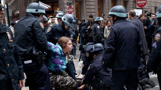 بازداشت ده ها تظاهرکننده در مقابل بورس وال استریت نیویورک
