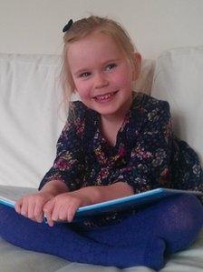 دختر 4 ساله با هوشی برابر انیشتین و هاوکینگ؛ تصویر هایدی باهوش