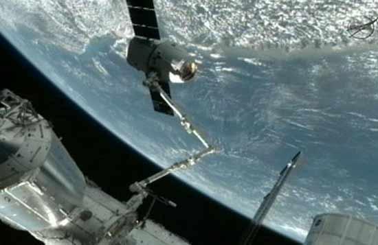 تصاویر پهلو گرفتن نخستین فضاپیمای خصوصی در ایستگاه فضایی
