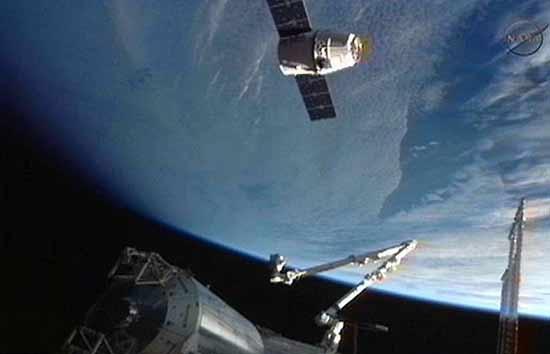 فضانوردان ایستگاه فضایی، وارد کپسول دراگون شدند