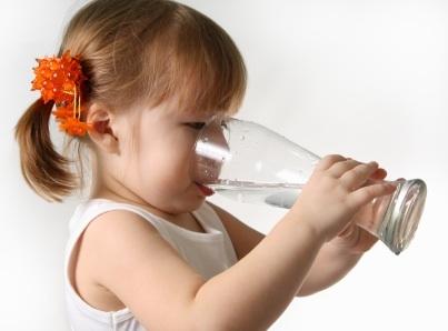 در وعدههای غذایی به کودکان آب بدهید تا چاق نشوند