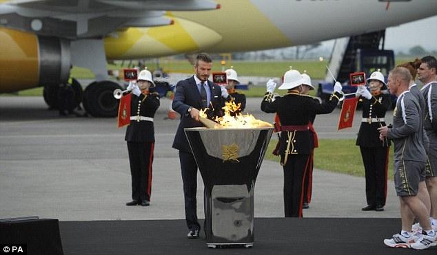 سرایت شعلههای آتش المپیک به خاک بریتانیا؛ مشعل در دستان بکهام