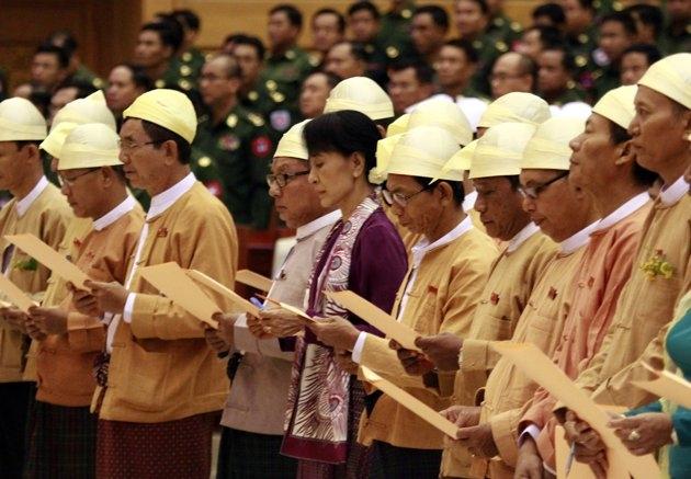 سوگند سوو چی در پارلمان میانمار
