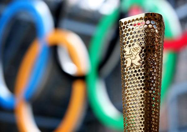 تصاویر تحویل مشعل بازیهای المپیک به بریتانیا