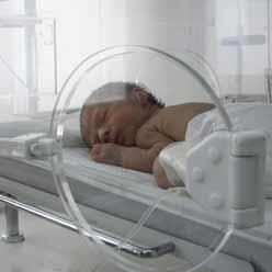 نوزاد در انکوباتور