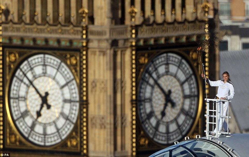 پرواز مشعل المپیک بر فراز شهر لندن